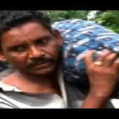 Indian man carries wife's body home from hospital