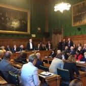 Une manif face à une réunion : le fossé se creuse au parti travailliste