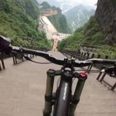 VIDEO. Chine: Une course de VTT de 999 marches en 29 secondes