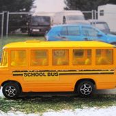 SCHOOL BUS MERCEDES - AUTOBUS DE RAMASSAGE SCOLAIRE CORGI JUNIORS - car-collector.net