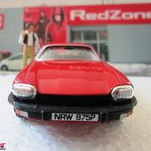 JAGUAR XJS THE AVENGERS CHAPEAU MELON ET BOTTES DE CUIR JOHN STEED JOANNA LUMLEY CORGI 1/36 - car-collector