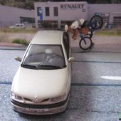 FASCICULE N°14 RENAULT LAGUNA 1 RXT 1997 UNIVERSAL HOBBIES 1/43 ACCIDENT CYCLISTE - car-collector.net