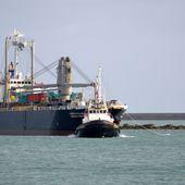 Port de Cherbourg : arrivée de deux cargos et départ de quatre barges. -