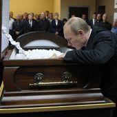 VIDEO: Attristé, Vladimir Poutine fouille le cercueil de son professeur de judo - Marichesse.com