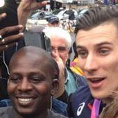 De retour à Paris, Pierre-Ambroise Bosse paie une tournée à ses fans venus l'attendre à la gare