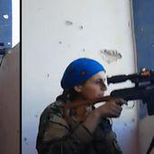 Pendant la bataille de Raqqa, la réaction de cette combattante anti-Daech qui vient de frôler la mort suscite l'admiration
