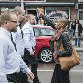 En Suède, la photo de cette femme, le poing levé face à 300 néo-nazis, est devenue virale