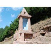 Bruyères : l'oratoire et la crypte de la Ferme des Anges bien visibles