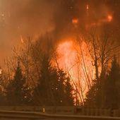 Feu de forêt toujours actif à Fort McMurray, l'évacuation se poursuit