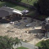 Enormous 220-foot sinkhole swallows two homes in Land O' Lakes, Florida video and pictures - Strange Sounds