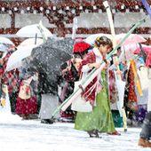 【写真・図版】雪が降る中、弓矢を射る新成人たち=15日午前、京都市東山区、佐藤慈子撮影