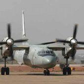 Un avion de l'armée indienne s'écrase et prend feu au poser