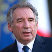 """VIDEO. Regardez en replay """"Questions politiques"""" avec François Bayrou, sur franceinfo"""