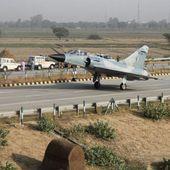 Un Mirage 2000 indien atterrit sur une autoroute