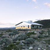 Une maison kaléidoscope en miroirs dans le désert