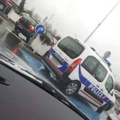 Une fourgonnette de police... mal garée