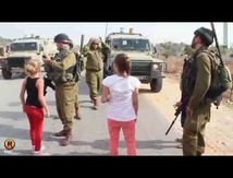 Jeune Palestinienne qui n'a pas froid aux yeux - Palestinian girls cursing Israeli soldiers
