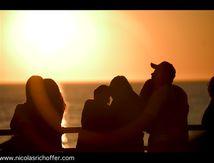 Les amoureux qui s'bécottent devant l'Pacifique