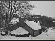 Maison abandonnée sous la neige