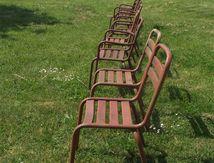 Des chaises de jardin rouillées