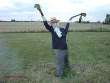 Un épouvantail avec un arbre mort (2)