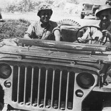 Jean Pierre Aumont sur sa jeep (Photo)