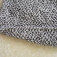 Une petite cape en laine Mérinos Fonty pour bébé 6 mois