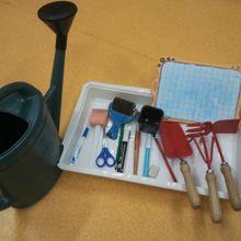 Outils de l'écolier, outils du jardinier : séance langage et tri.