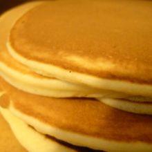 Pancakes légers et moelleux pour petits déjeuners en amoureux
