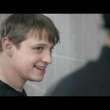 Deux jeunes hommes dans un urinoir