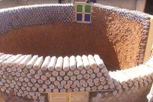 Ce réfugié construit des maisons solides et écologiques avec des bouteilles recyclées
