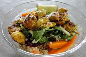Salade de poulet aux épices, quinoa et roquette