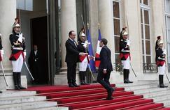 Les photos marquantes de la passation de pouvoir Hollande - Macron