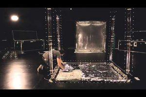 """Un étonnant """"cube volant"""" à la Verna. L'aéro stabile de Nicolas REEVES"""