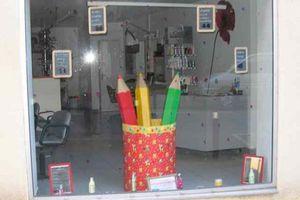 Un pot à crayons géant pour vitrine de magasin!