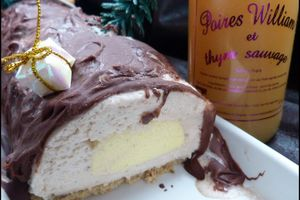 Bûche de Noël comme un entremet : marrons, coeur crémeux à la poire, biscuit noisette