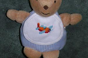Doudou ourson avec broderie d'avion pour bébé