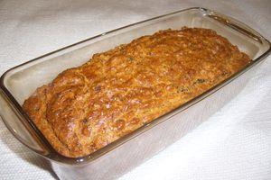 Cake aux amandes, tomates séchées et basilic