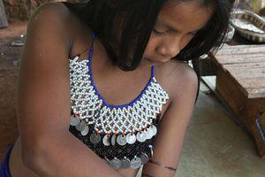 "Une jeune Emberá s'essaye à ""l'auto-tatouage""..."