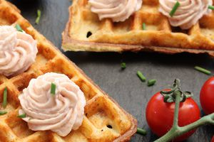 Gaufre au poulet et chantilly bacon