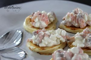 Tartare de saumon, blinis et cottage cheese