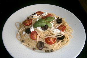 Spaghettis au chèvre, olives et tomates