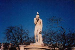 Statue sur fond bleu