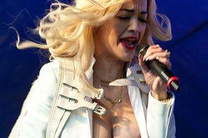 Oops le sein sexy de Rita Ora en plein concert ! - photo