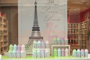 """Les biberons """"Paris, Paris"""" en vitrine"""