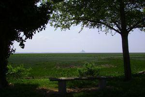 Le Mont Saint Michel, au loin