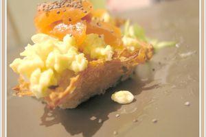 Corbeilles de pommes de terrre, oeufs brouillés au saumon fumé