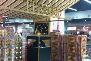 Théâtralisation : Ferrero Rocher fête Noël en 3D holographique au Leclerc SO Ouest.