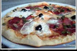 Pizza 3 fromages, coppa et graines de courge