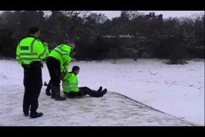 Des policiers anglais font de la luge ! - vidéo buzz